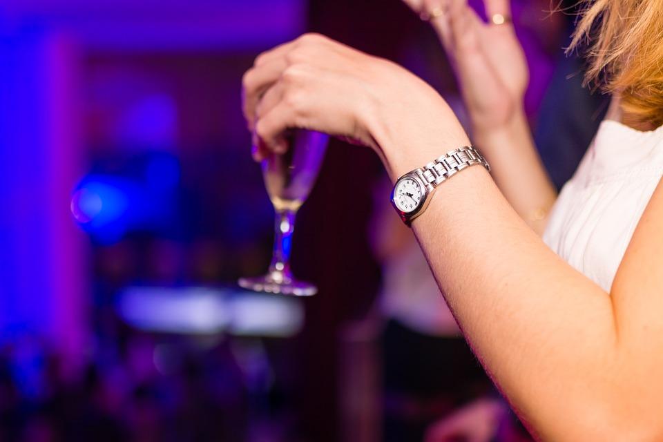 כוס, שעון, אישה